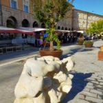 Una delle scultura collocate in piazza