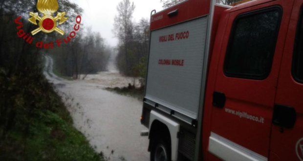 Vigili del fuoco in azione in un'altra zona colpita dal maltempo