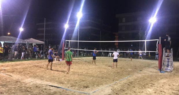 Un momento della prima edizione del torneo di beach volley al rione Settempeda