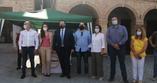 In piazza il vicepresidente del Parlamento europeo, Fabio Massimo Castaldo (terzo da sinistra), con la parlamentare europea Daniela Rondinelli (terza da destra) e il candidato presidente del M5S, Gian Mario Mercorelli (primo a sinistra)