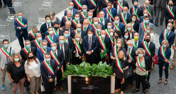 Il presidente Conte con alcuni sindaci: al suo fianco il primo cittadino settempedano Rosa Piermattei