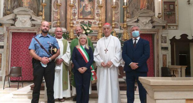 Il saluto a don Luca Ferro davanti all'altare della Madonna dei Lumi