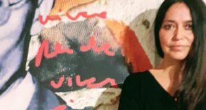Shura con l'opera realizzata per la mostra