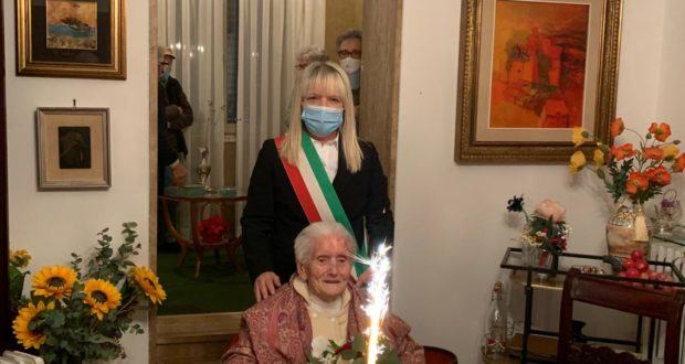 Luigia Vissani con il sindaco Rosa Piermattei