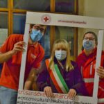 Il sindaco Rosa Piermattei con i volontari della Croce rossa