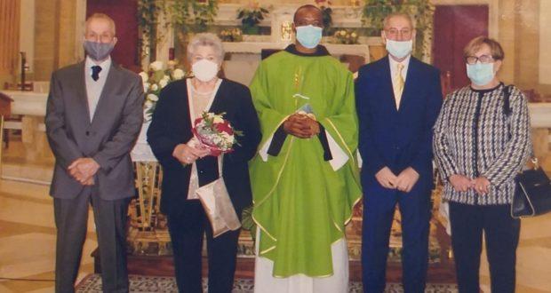 Padre Florenten con le due coppie di sposi