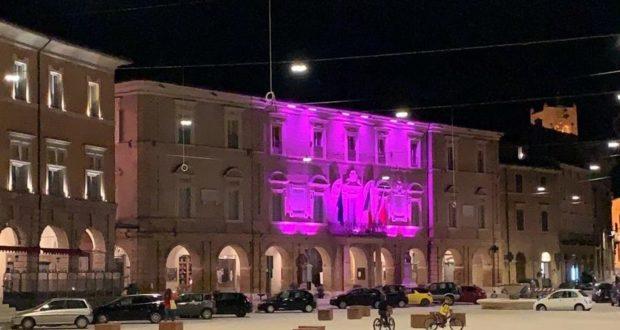 Palazzo comunale illuminato da luce rosa in occasione della Campagna di sensibilizzazione promossa dall'Airc