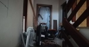 Una triste scena all'interno dell'edificio terremotato preso di mira da vandali