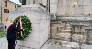 La corona d'alloro al monumento ai Caduti