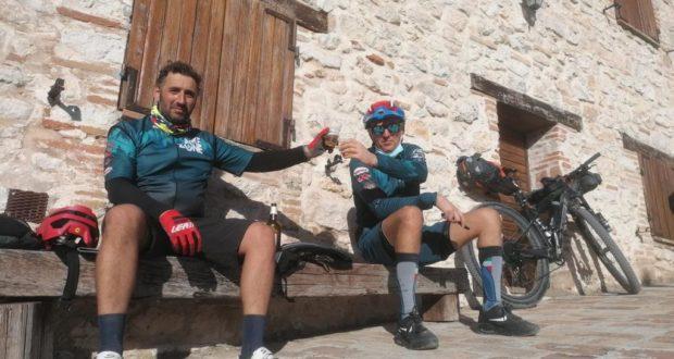 """Michele Lini e Gionata Ghergo in una sosta a Elcito durante il """"Marche Trail"""""""