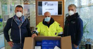 La consegna delle mascherine al responsabile della Protezione civile