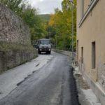 Lavori di asfaltatura all'inizio della strada che conduce al Castello