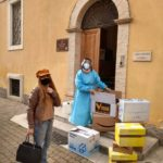 Francesca Forconi consegna materiali alla Casa di riposo