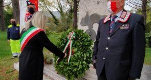 Il sindaco depone una corona d'alloro al monumento ai caduti