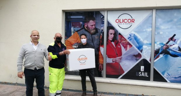 Oliviero e Corrado Carducci consegnano le mascherine a Dino Marinelli