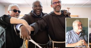 Padre Gino Binanti: nel riquadro e a sinistra con gli occhiali assieme a fra Sergio Lorenzini