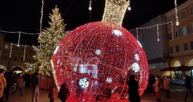 Addobbi natalizi in Piazza del Popolo
