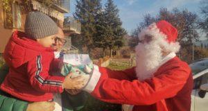 Babbo Natale consegna un regalino a un bimbo di Cesolo