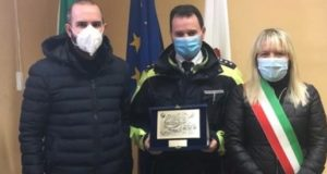 Targa di riconoscimento all'ispettore Marco Gatti