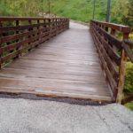 Il ponte che collega il parco giochi del rione Di Contro con le Scuole Medie
