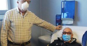 Dino Marinelli mentre dona sangue per la 135esima volta nella sua vita. A fianco il presidente dell'Avis, Anelido Appignanesi