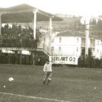 Gabriele Cipolletta in azione e, alle sue spalle, la tribuna gremita