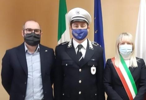 Il nuovo comandante Bizzarri con il sindaco Piermattei e l'assessore Orlandani