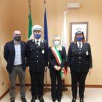 Il nuovo comandante Adriano Bizzarri e il vice Fabiana Forconi assieme a sindaco e assessore