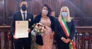 I novelli sposi con il sindaco Rosa Piermattei
