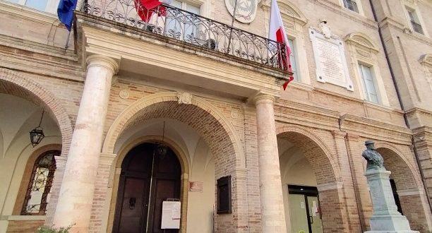 Bandiere a mezz'asta in municipio