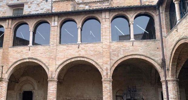 Il chiostro del Castello al monte con le nuove vetrate