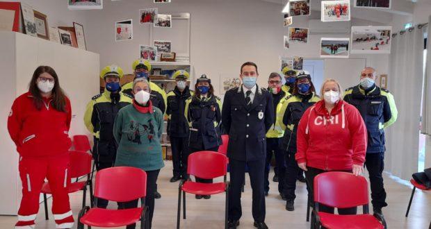 Agenti della Polizia locale e volontari della Croce rossa