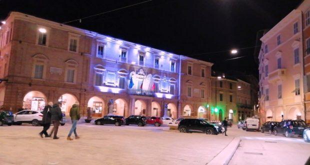 """Il municipio """"colorato"""" di viola"""
