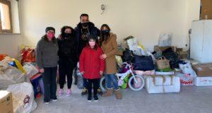 """La famiglia Mazzone con la presidente di """"Help"""", Cristina Marcucci"""