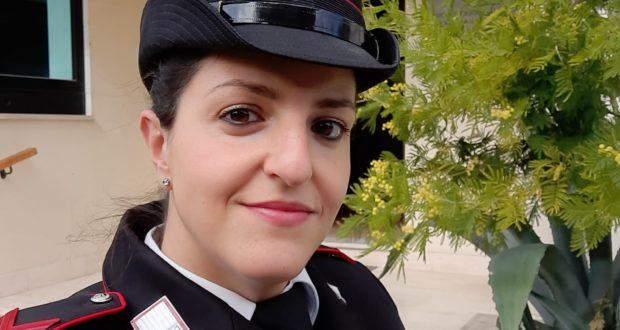 Veronica De Angelis in caserma: alle sue spalle la pianta di mimosa che lei stessa ha messo a dimora al momento del suo arrivo a San Severino
