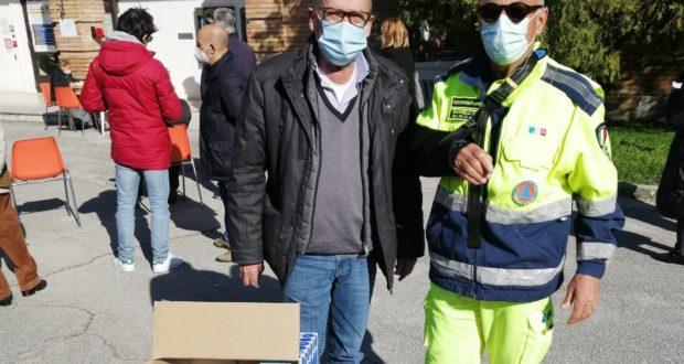 Fabio Scuriatti consegna le mascherine a Dino Marinelli
