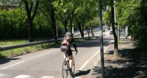 In bici su strada (foto d'archivio)