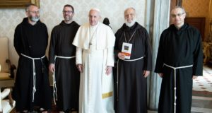 Fra Sergio Lorenzini assieme a Papa Francesco e p. Raniero Cantalamessa