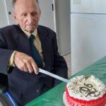 Giuseppe Cipolletta taglia la torta dei 90 anni