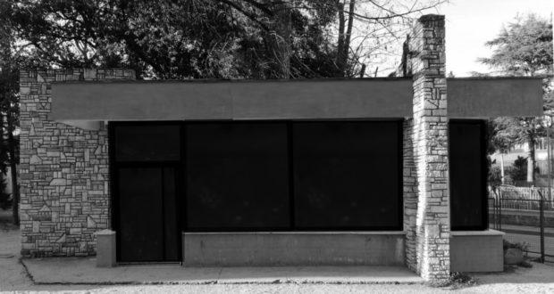 Il chiosco attuale con vetri scuri