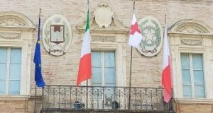 In municipio la bandiera della Croce rossa