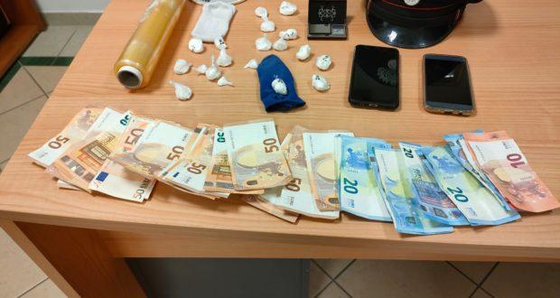 Il materiale, la droga e i soldi sequestrati
