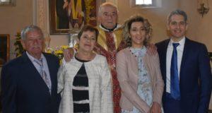 Gli sposi con il parroco nella chiesa di Sant'Apollinare a Monte
