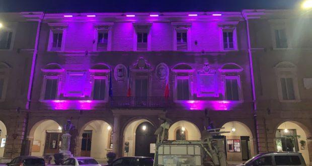 Municipio illuminato di viola