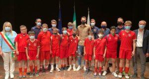La foto di gruppo sul palco del Feronia con il calciatore Gian Filippo Felicioli