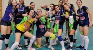 Le ragazze dell'Under 19 con il trofeo appena conquistato