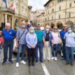 """""""Amatori"""" delle Fiat 500 in piazza con il sindaco Rosa Piermattei"""