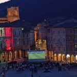 La piazza con il municipio tricolore