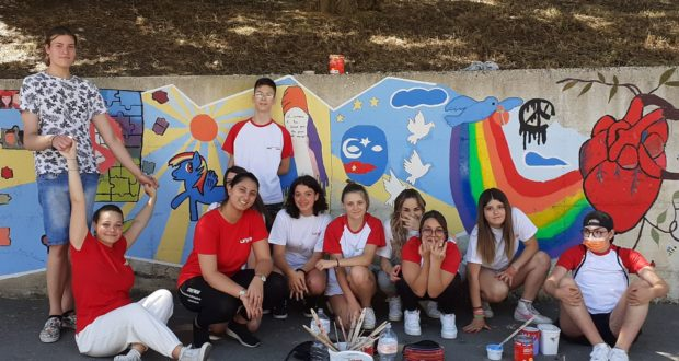 I ragazzi e le ragazze che hanno realizzato il murale