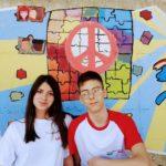 Due studenti impegnati nella realizzazione del murale